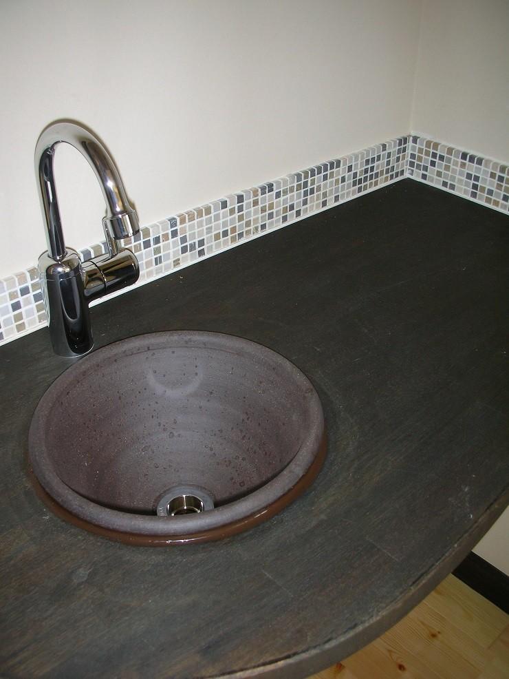 黒塗りの渋い民家 (2階ホールの造作手洗い)