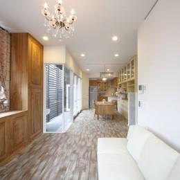 リビングダイニング 人を迎える空間 (Shabby House  – パリのアパルトマンと酒部屋のある家 –)