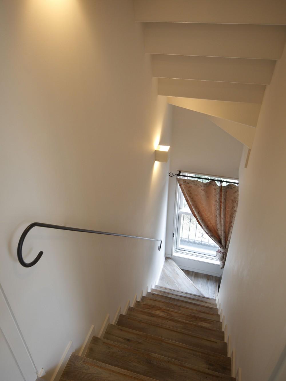 Shabby House  – パリのアパルトマンと酒部屋のある家 – (階段)