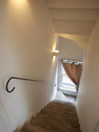 階段 (Shabby House  – パリのアパルトマンと酒部屋のある家 –)