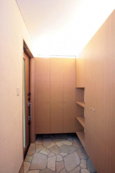 玄関 (西荻の家(アーチ屋根と自然素材による木造住宅))