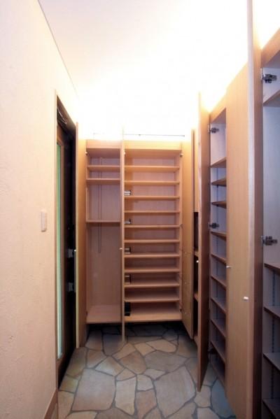 玄関(収納) (西荻の家(アーチ屋根と自然素材による木造住宅))