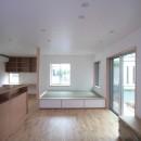西荻の家(アーチ屋根と自然素材による木造住宅)の写真 リビング(正面はたたみコーナー)
