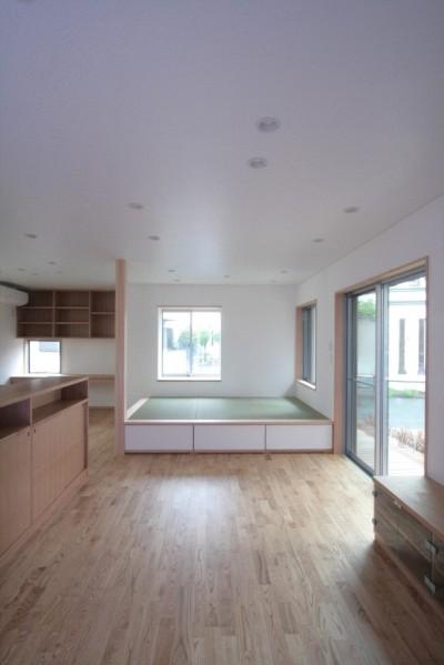 西荻の家(アーチ屋根と自然素材による木造住宅) (リビング(正面はたたみコーナー))