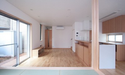 西荻の家(アーチ屋根と自然素材による木造住宅) (リビング(たたみコーナーより望む))