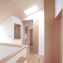 西荻の家(アーチ屋根と自然素材による木造住宅) (階段上部(トップライトにより明るい踊り場))