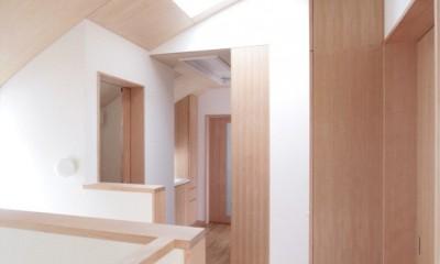 階段上部(トップライトにより明るい踊り場)|西荻の家(アーチ屋根と自然素材による木造住宅)