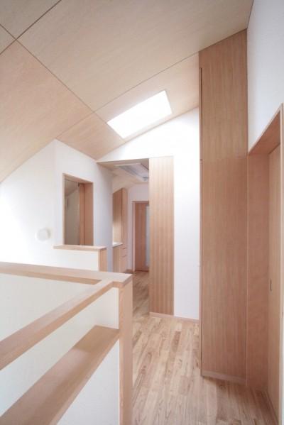 階段上部(トップライトにより明るい踊り場) (西荻の家(アーチ屋根と自然素材による木造住宅))