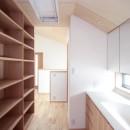 西荻の家(アーチ屋根と自然素材による木造住宅)の写真 2階の廊下(洗面・収納兼用スペース)