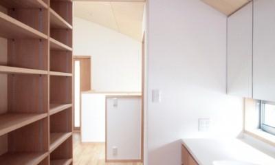 西荻の家(アーチ屋根と自然素材による木造住宅) (2階の廊下(洗面・収納兼用スペース))