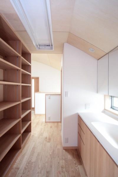 2階の廊下(洗面・収納兼用スペース) (西荻の家(アーチ屋根と自然素材による木造住宅))