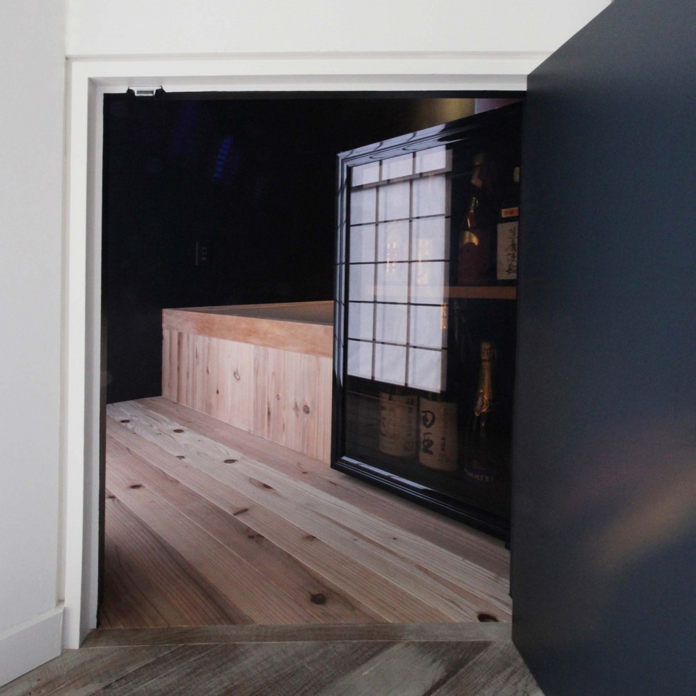 Shabby House  – パリのアパルトマンと酒部屋のある家 – (酒部屋ての入り口 にじり口)