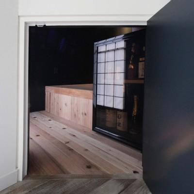 酒部屋ての入り口 にじり口 (Shabby House  – パリのアパルトマンと酒部屋のある家 –)
