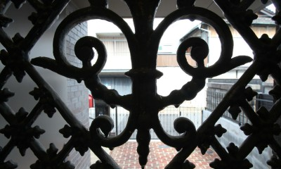 Shabby House  – パリのアパルトマンと酒部屋のある家 – (玄関ドアの格子 アンティーク扉)