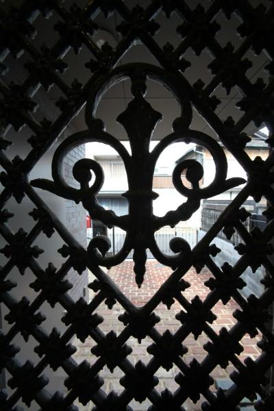 玄関ドアの格子 アンティーク扉 (Shabby House  – パリのアパルトマンと酒部屋のある家 –)