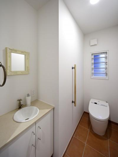 トイレ (Shabby House  – パリのアパルトマンと酒部屋のある家 –)