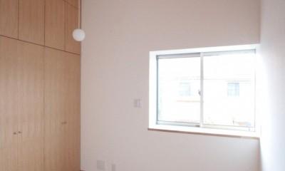 主寝室(高天井と大きな壁面収納の寝室)|西荻の家(アーチ屋根と自然素材による木造住宅)