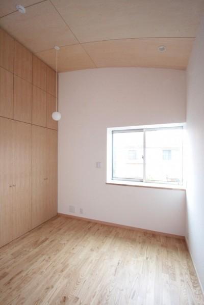 主寝室(高天井と大きな壁面収納の寝室) (西荻の家(アーチ屋根と自然素材による木造住宅))