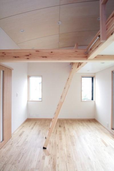 子供室(広めのロフトを設けた子供室) (西荻の家(アーチ屋根と自然素材による木造住宅))