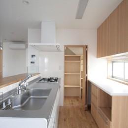 西荻の家(アーチ屋根と自然素材による木造住宅) (キッチン(食品庫とバックカウンターを併設した対面式キッチン))