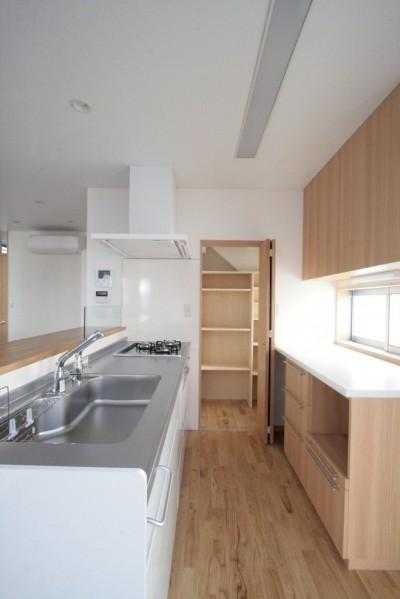 キッチン(食品庫とバックカウンターを併設した対面式キッチン) (西荻の家(アーチ屋根と自然素材による木造住宅))