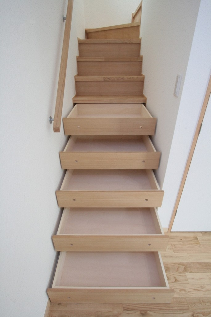 西荻の家(アーチ屋根と自然素材による木造住宅) (階段下収納(引き出し))