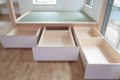 畳下収納(引き出し形式の大型収納ボックス) (西荻の家(アーチ屋根と自然素材による木造住宅))