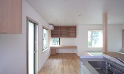 西荻の家(アーチ屋根と自然素材による木造住宅) (ダイニング脇に設けた家族共用のデスクコーナー)