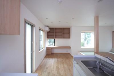 ダイニング脇に設けた家族共用のデスクコーナー (西荻の家(アーチ屋根と自然素材による木造住宅))
