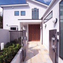 善福寺の家(広い庭とビルトインガレージのある2世帯住宅) (石畳の玄関アプローチ)