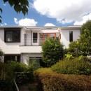 善福寺の家(広い庭とビルトインガレージのある2世帯住宅)の写真 南側外観(庭から望む)