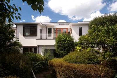 善福寺の家(広い庭とビルトインガレージのある2世帯住宅) (南側外観(庭から望む))