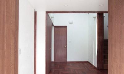 玄関(両開きの木製扉を設けた玄関)|善福寺の家(広い庭とビルトインガレージのある2世帯住宅)
