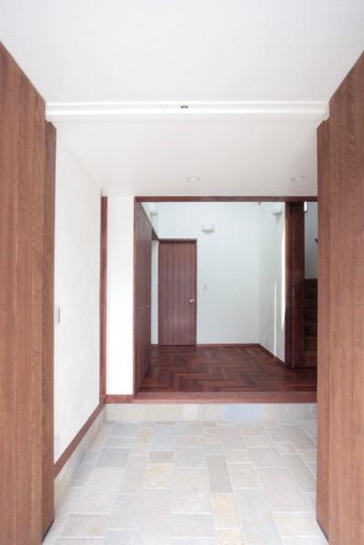玄関(両開きの木製扉を設けた玄関) (善福寺の家(広い庭とビルトインガレージのある2世帯住宅))