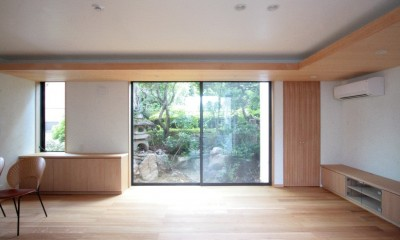 善福寺の家(広い庭とビルトインガレージのある2世帯住宅) (リビングから南庭を望む(左手はダイニング))