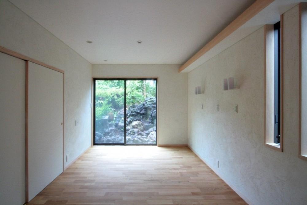 善福寺の家(広い庭とビルトインガレージのある2世帯住宅) (主寝室(入口部より南庭を望む))