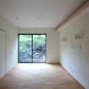 善福寺の家(広い庭とビルトインガレージのある2世帯住宅)の写真 主寝室(入口部より南庭を望む)