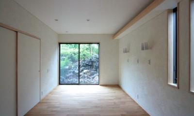 主寝室(入口部より南庭を望む)|善福寺の家(広い庭とビルトインガレージのある2世帯住宅)