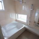 善福寺の家(広い庭とビルトインガレージのある2世帯住宅)の写真 坪庭(北庭)を眺める風通しの良い浴室