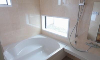 善福寺の家(広い庭とビルトインガレージのある2世帯住宅) (坪庭(北庭)を眺める風通しの良い浴室)