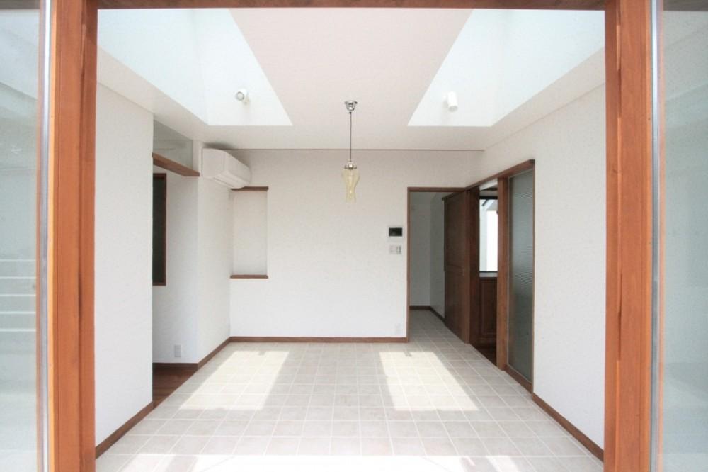 善福寺の家(広い庭とビルトインガレージのある2世帯住宅) (トップライトと床タイル貼のダイニング)
