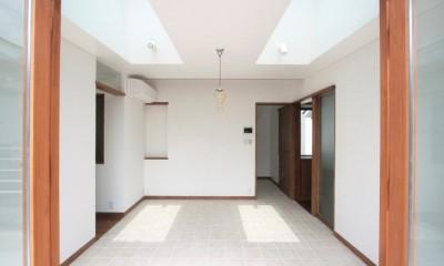 トップライトと床タイル貼のダイニング|善福寺の家(広い庭とビルトインガレージのある2世帯住宅)