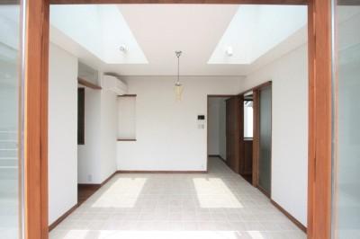 トップライトと床タイル貼のダイニング (善福寺の家(広い庭とビルトインガレージのある2世帯住宅))