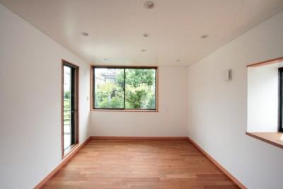 緑に囲まれた2階子世帯の主寝室 (善福寺の家(広い庭とビルトインガレージのある2世帯住宅))