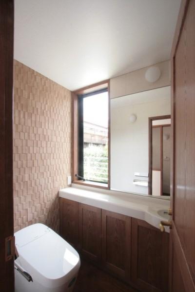 2階、子世帯のトイレ (善福寺の家(広い庭とビルトインガレージのある2世帯住宅))