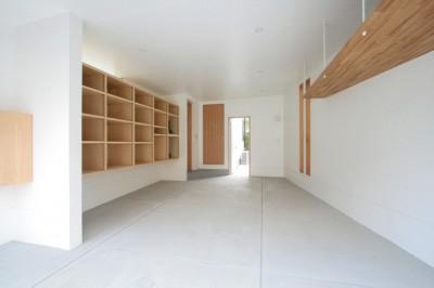 ビルトインガレージ(入口側より望む) (善福寺の家(広い庭とビルトインガレージのある2世帯住宅))