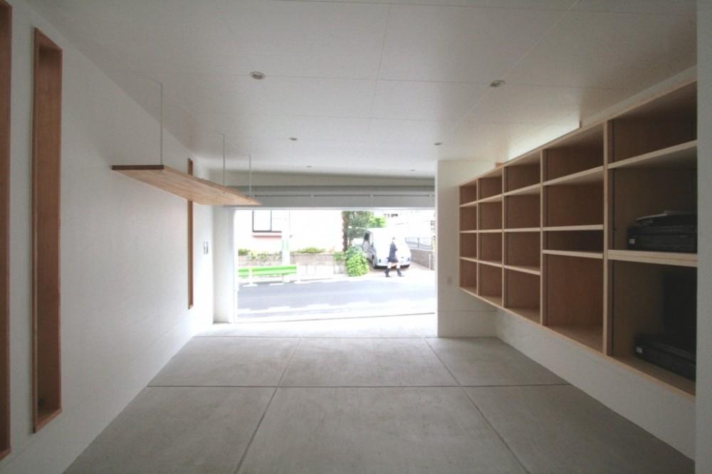 善福寺の家(広い庭とビルトインガレージのある2世帯住宅) (ビルトインガレージ(出入口側を望む))