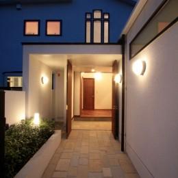 善福寺の家(広い庭とビルトインガレージのある2世帯住宅) (玄関アプローチの夕景)