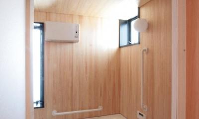 桧板貼りの浴室(1階、親世帯)|大泉の家(大きなロフトとルーフテラスのある2世帯住宅)