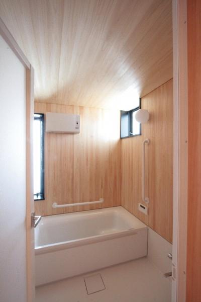 桧板貼りの浴室(1階、親世帯) (大泉の家(大きなロフトとルーフテラスのある2世帯住宅))